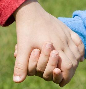 einander liebevoll die hand geben