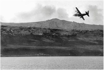 Militaerflugzeug über falklandinseln
