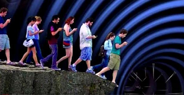 mit blick auf das Handy in den Abgrund